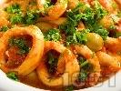 Рецепта Задушени калмари в доматен сос с лук, чесън и маслини